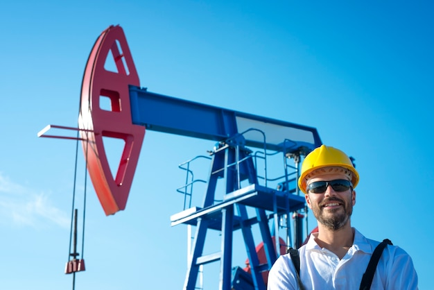 Ritratto di un operaio del giacimento di petrolio che fa una pausa l'impianto di perforazione Foto Gratuite