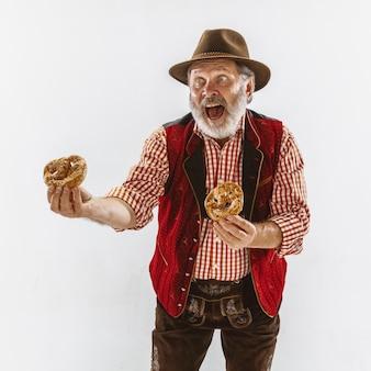 Ritratto di uomo anziano oktoberfest con cappello, indossando i tradizionali abiti bavaresi