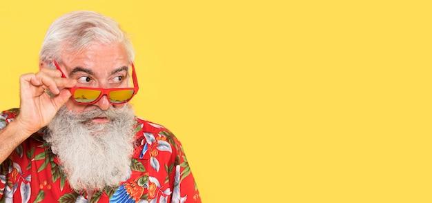 Ritratto di uomo anziano con copia spazio