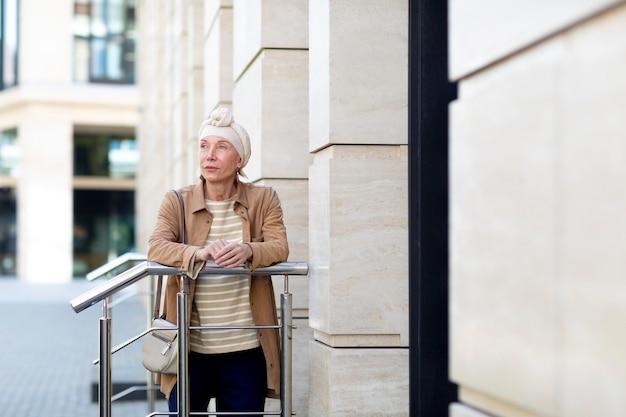 Ritratto di donna anziana all'aperto in città