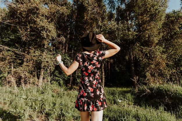Портрет открытый атмосферный образ жизни фото молодой красивой темноволосой женщины в черном платье стоит спиной