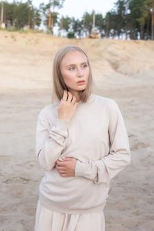 숲 앞 모래에 야외 초상화, 예쁜 여성 포즈