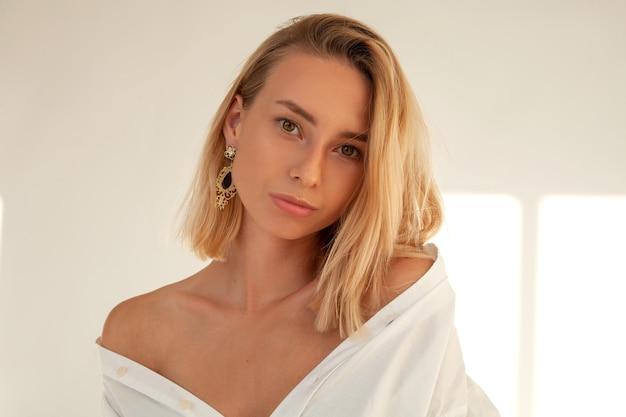 흰 셔츠에 부드러운 여자의 초상화 사진