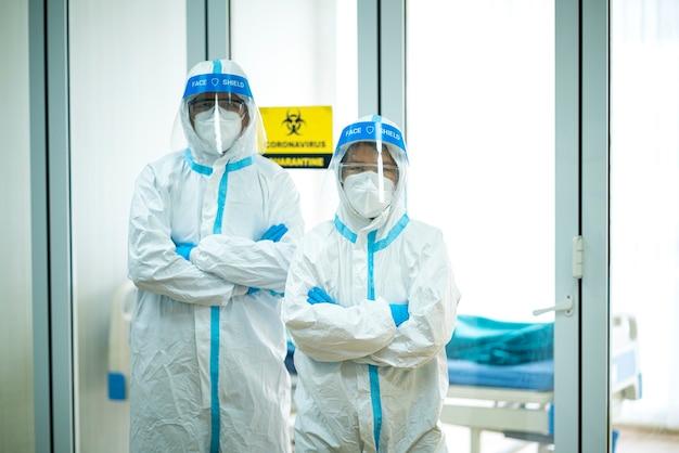 병원에서 ppe 양복과 얼굴 마스크를 착용하는 아시아 의사의 초상화 사진. 코로나 바이러스, covid-19, 바이러스 발생, 의료 마스크, 병원, 검역 또는 바이러스 발생 개념