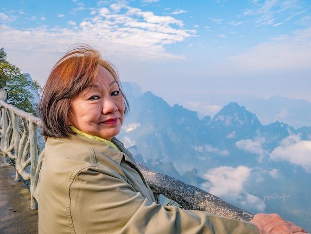 美しいアジアの年配の女性の肖像写真