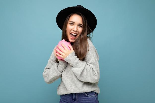 Портретное фото счастливой позитивной улыбающейся молодой красивой привлекательной брюнетки