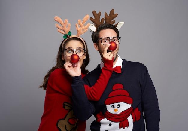 Ritratto di coppia giocosa nel periodo natalizio
