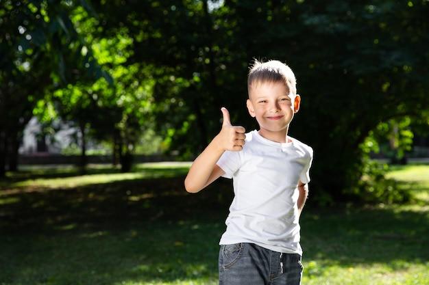 Портрет игривый мальчик