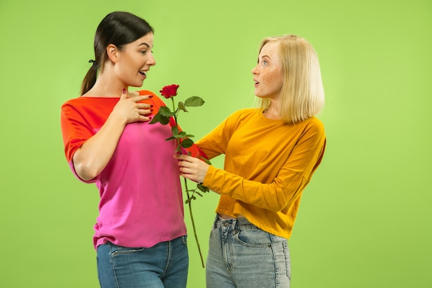 Ritratto di ragazze abbastanza affascinanti in abiti casual isolati. due modelli femminili come fidanzate o lesbiche. concetto di lgbt, uguaglianza, emozioni umane, amore, relazione.