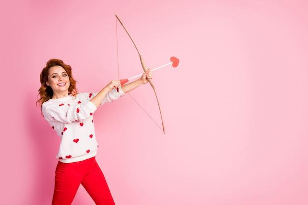 肖像画かわいい自信を持って好色な陽気なうれしい女の子天使射撃矢マッチソウルメイトを作る