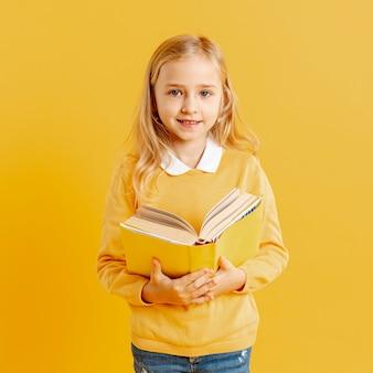 本と肖像画のかわいい女の子