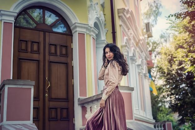カラー都市の建物、自由時間の近くの肖像画のきれいな女性