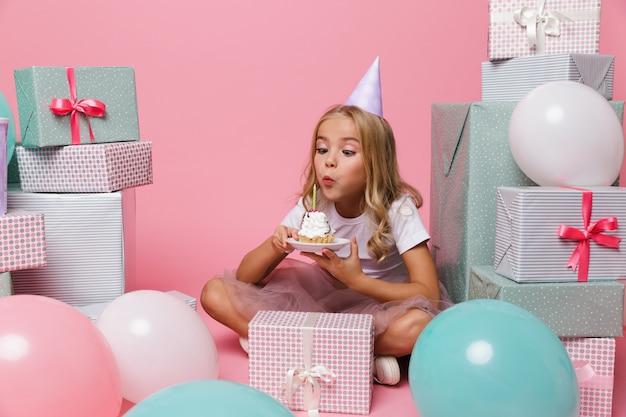 Ritratto di una bella bambina in un cappello compleanno Foto Gratuite