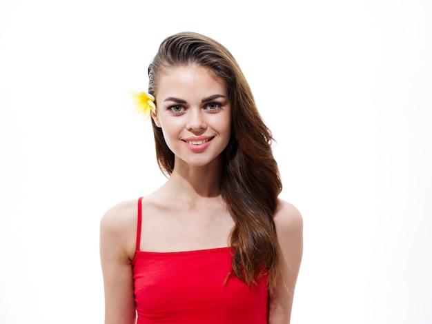 肖像画きれいな女性ブルネットの黄色い花の髪の肖像画のクローズアップ。高品質の写真
