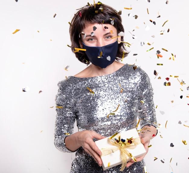 Ritratto di bella donna che indossa la maschera per il viso