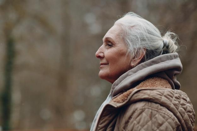 회색 머리 노인 여성 야외 미소의 초상화 프로필