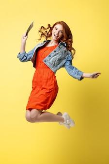 ポートレート、赤、髪、幸せ、若い、女、身に着けていること、旅行、パスポート、ジャンプ、