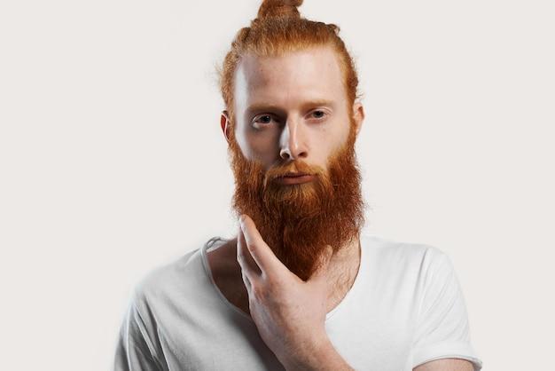 Ritratto di uomo dai capelli rossi con una pelle perfetta con macchioline