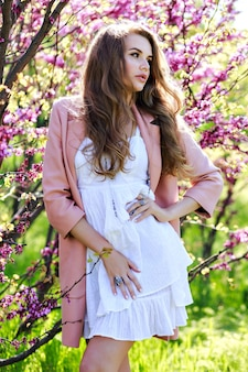 ピンクのコートで長い髪の肖像画ロマンチックな敏感な若い女性