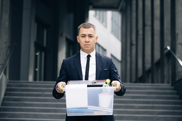 개인 물건의 상자와 우울증에 초상화 슬픈 남성 회사원