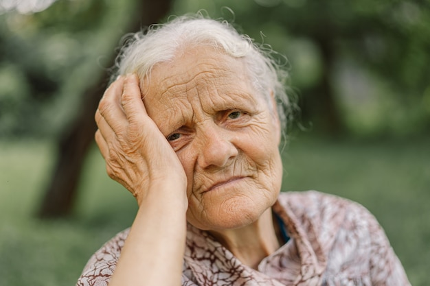 Портрет унылая старуха. портрет седой взрослой бабушки. подавленный старейшина страдает от одиночества