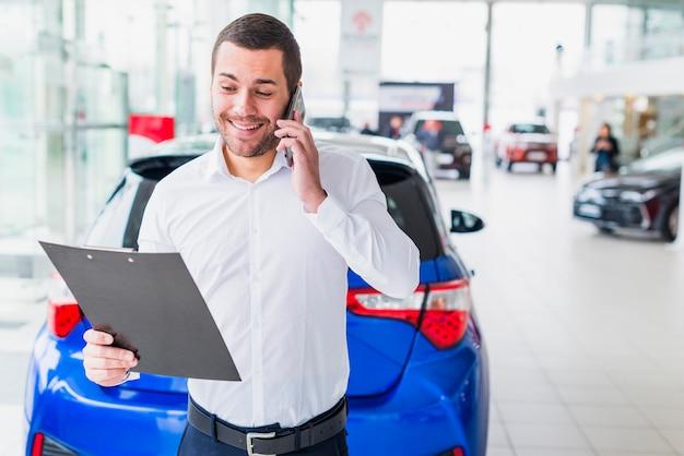 Ritratto del commesso nel concessionario auto