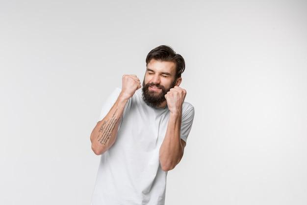 Ritratto dell'uomo spaventato su bianco