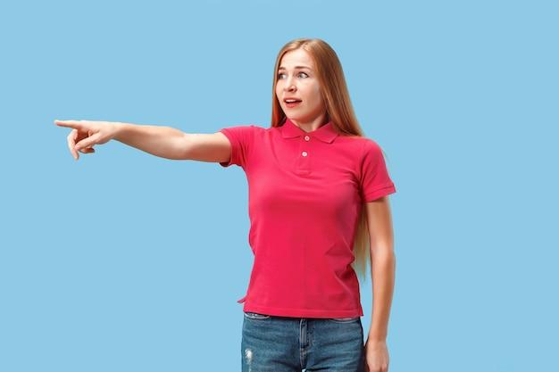 Ritratto della donna spaventata sull'azzurro