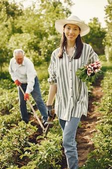 Ritratto di uomo anziano in un cappello giardinaggio con granddaugher