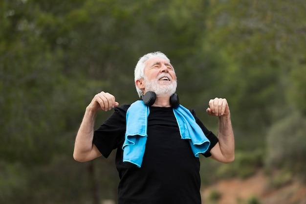 Портрет старшего человека, бегающего на гору