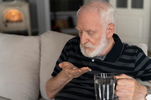 Ritratto di uomo anziano con alzeihmer al chiuso