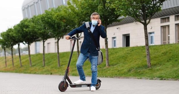 電動スクーターと肖像画の年配の男性