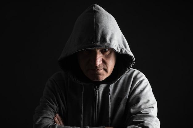 Портрет серьезный мужчина с капюшоном