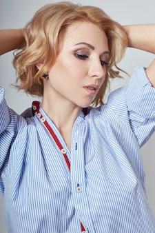 青いシャツを着て金髪のセクシービジネス女性金髪