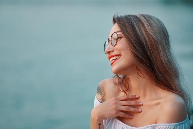 참을 수없는 미소로 초상화 빛나는 긍정적 인 소녀