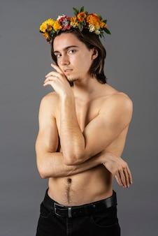 Ritratto di uomo senza camicia con corona di fiori