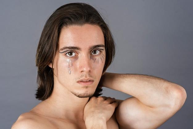 Ritratto di uomo a torso nudo con trucco