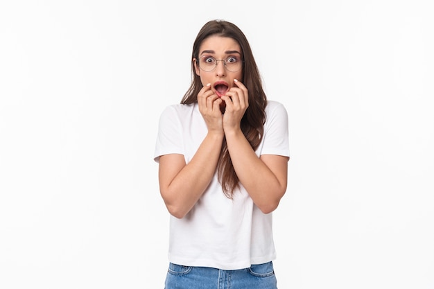 Ritratto di giovane donna scioccata, sopraffatta e in preda al panico