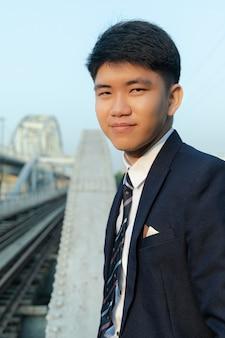 スーツで自信を持ってアジア系の若いビジネスマンの肖像画のショット