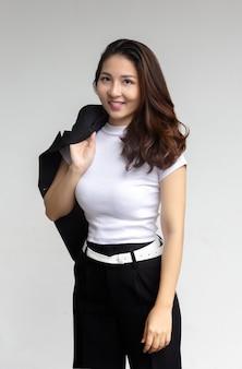 Портрет умной азиатской женщины на белой изолированной стене