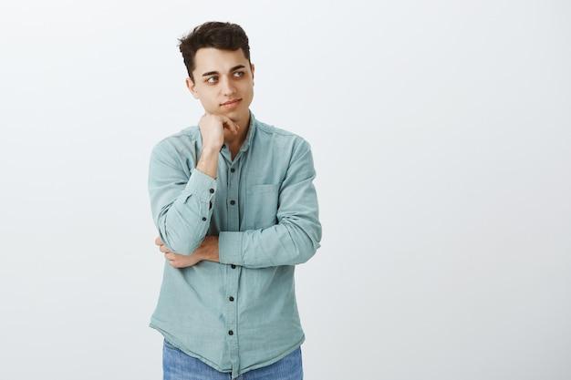 Ritratto di ragazzo adulto di bell'aspetto intelligente in camicia casual