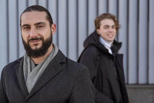 Ritratto di uomini di smiley in posa all'aperto