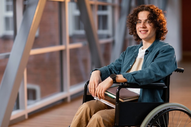 Ritratto di studente di smiley in sedia a rotelle