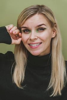 Ritratto di donna sorridente con trucco