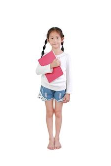 肖像画笑顔アジアの少女は白で隔離の本を保持します