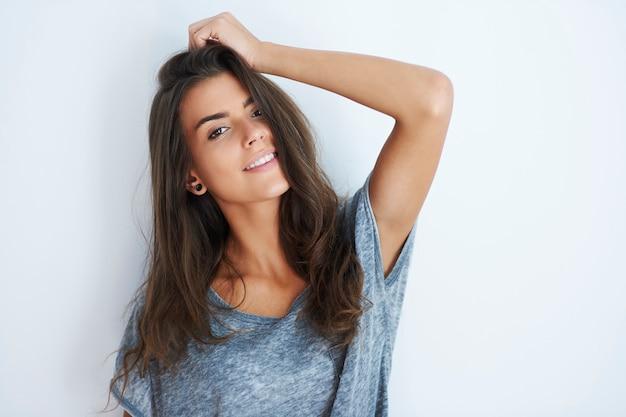Ritratto di donna attraente sorridente