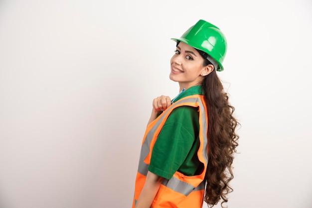 Ritratto del costruttore femminile sorridente. foto di alta qualità