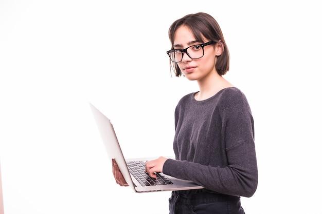 Ritratto di una ragazza sorridente che tiene il computer portatile isolato