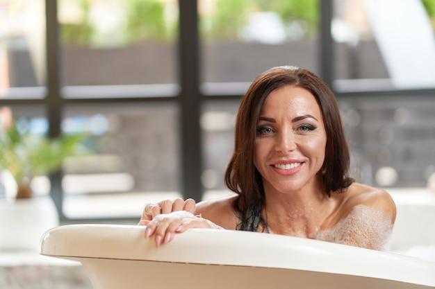 お風呂でリラックスした豪華な女性の笑顔の肖像画