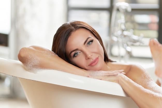 お風呂でリラックスできるゴージャスな女性の笑顔のポートレート